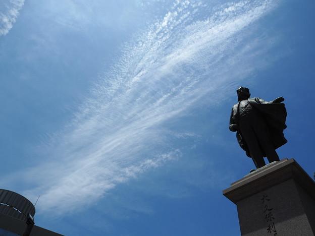 Photos: 雲と銅像