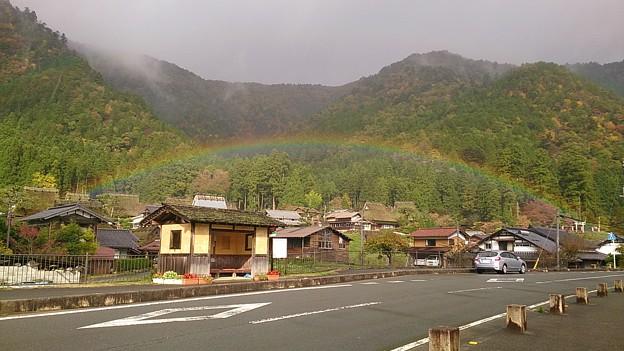 かやぶきの里にかかる虹