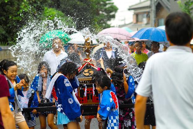 小雨の中の子供神輿スタートです!