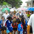写真: 小雨の中の子供神輿スタートです!