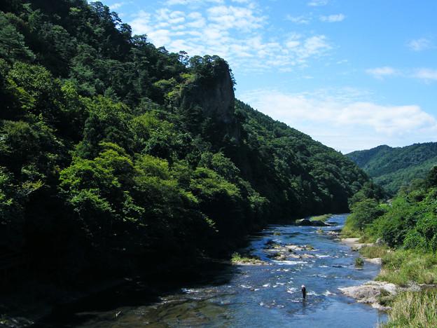 写真: 秋晴れの久慈川で鮎を釣る人と乙女ヶ越