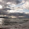 夕暮れの海と雲間