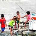 マニラ湾の子供たち