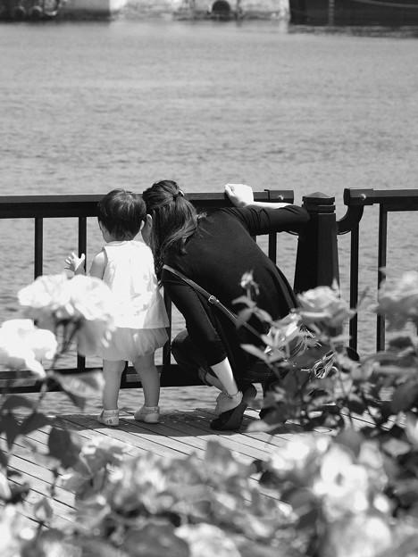 写真: 母娘で覗き見る海は…