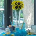 窓辺、向日葵、グラス、そして果物のある情景