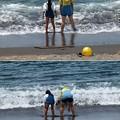 波打ち際に立つ親子