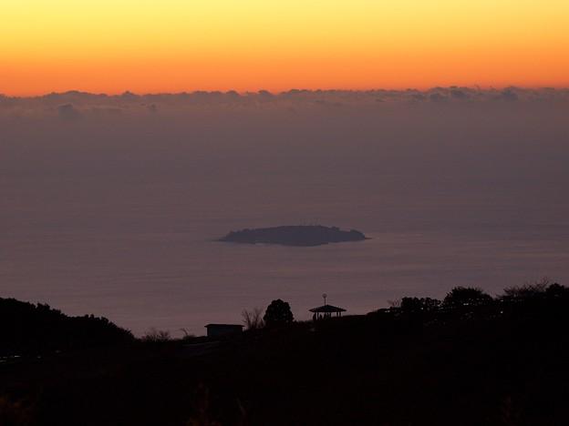 写真: 日の出前の島影~初島