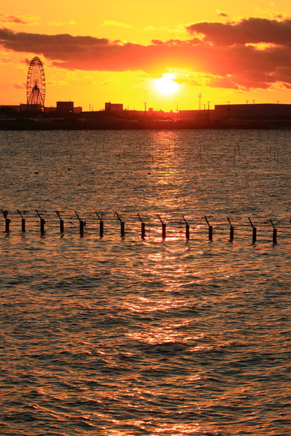 東京湾に陽が沈む