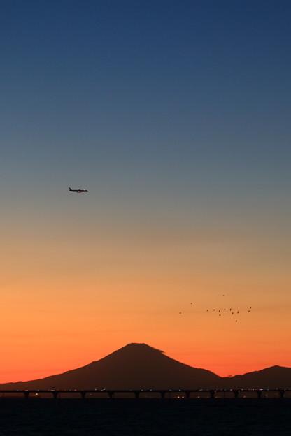 富士山と夕焼けと飛行機