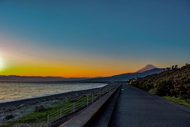 写真: 夕焼けの海岸