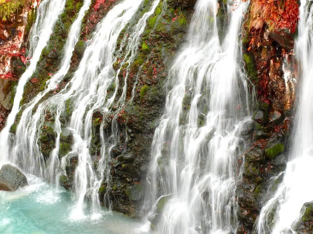 写真: 白髭の滝 青い川面