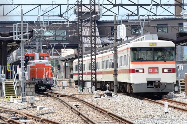 東武350系とDE10