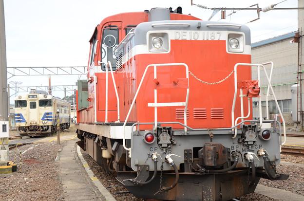 DE10 1187号機とキハ40