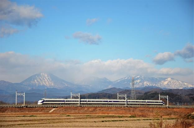 元日雪化粧の日光連山とスペーシア