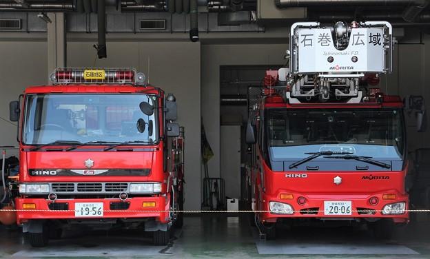 宮城県石巻地区広域消防本部 大型水槽車(左)、        35m級先端屈折梯子車(右)