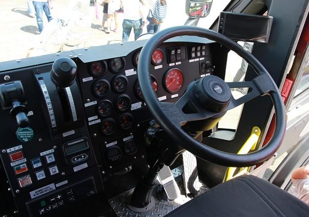 和歌山県 南紀白浜空港管理事務所 空港用化学消防車      (6100L級、車内)