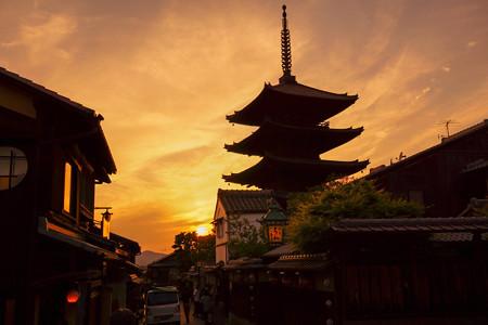 八坂の塔と夕日