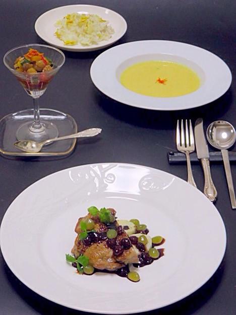 今晩は、若鶏と大和芋のぶどうソース、角切り旬菜マリネ、とうもろこしとじゅん菜の薬膳スープ、紅花もち麦ご飯