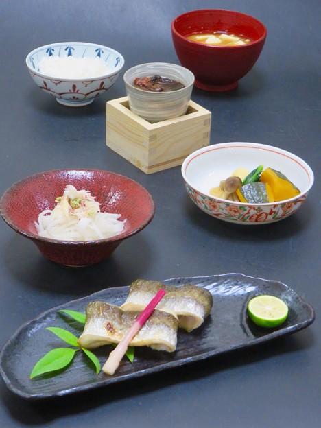 今晩は、かます塩焼き両褄、南瓜の信田煮しめじ小松菜、蟹大根土佐酢、根菜と茸の味噌汁、とらふぐひれ酒