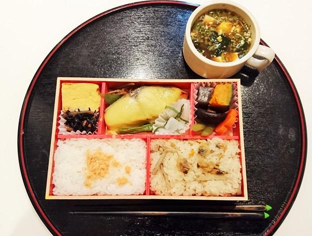 G先生にこれを。西京焼き弁当と、市販のお味噌汁です。