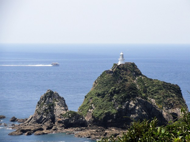 写真: 高速船と佐多岬灯台