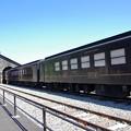 写真: 石造り車庫と客車