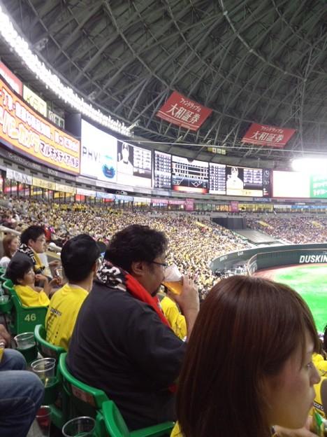 鷹虎対決。ドオーモデーと相まって球場は黄色一色。