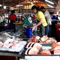 写真: 市場の魚屋