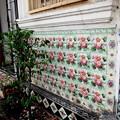 写真: 街角・下町の民家です。伝統的なタイルで飾られています。。