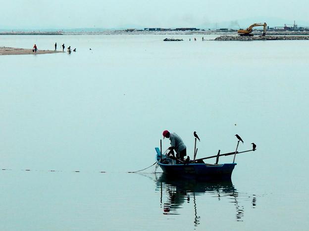 写真: 漁師とカラス・2