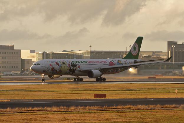 Photos: A330 EVA雨上がりのtakeoff