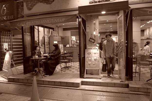 写真: カフェの一幕