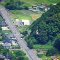 写真: 国道437号線上空を低空飛行