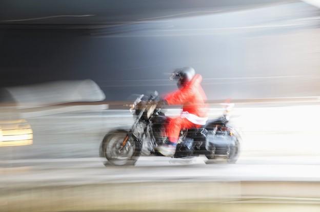 サンタはバイクでやって来る