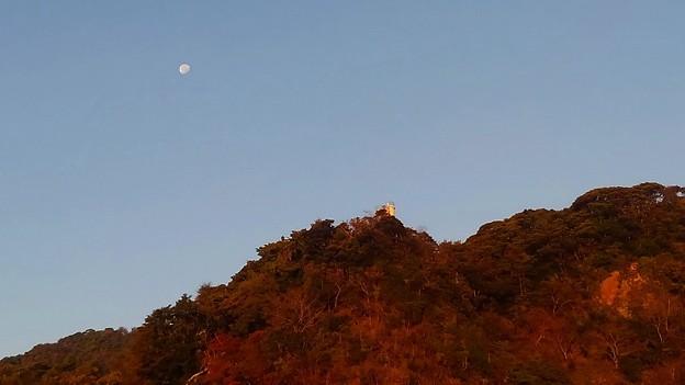 朝焼けに染まる鷲岬灯台と月