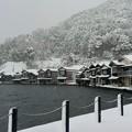 写真: 雪化粧した伊根の舟屋