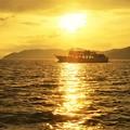 写真: 燧灘(ひうちなだ)の絶景ポイント@夕陽の中を航行するカーフェリー