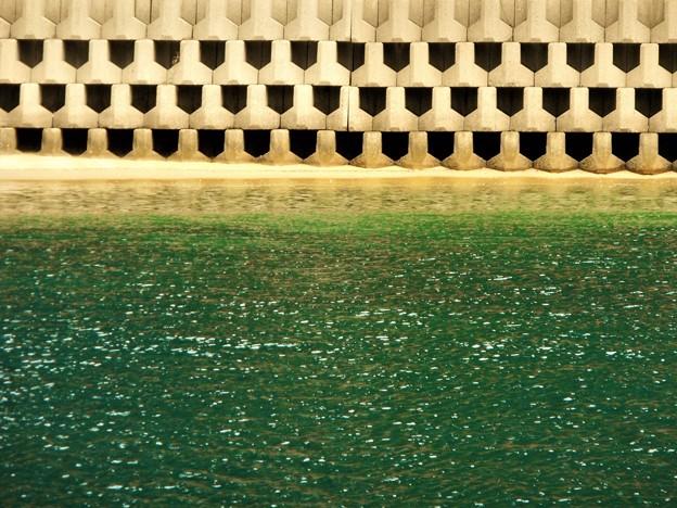 緑色の夏の海@幾何学模様のテトラポッド@満ちてくる潮