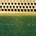 写真: 緑色の夏の海@幾何学模様のテトラポッド@満ちてくる潮
