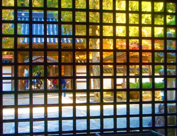 山門と巨蟒橋(きょもうきょう)の紅葉@佛殿の中から