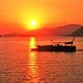 写真: 早春の瀬戸の夕暮れ@クジラ島の落日