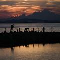 夕暮れと釣り人達