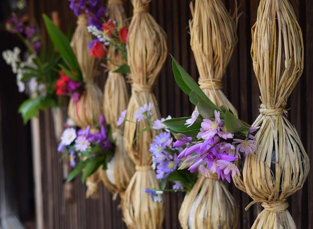 Photos: 軒下の華飾り