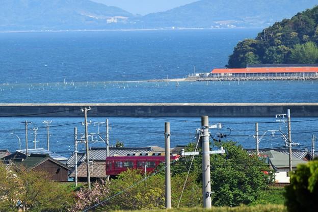 海辺を走る真っ赤な電車