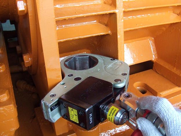 油圧トルクレンチで狭所ボルト緩め作業 トルク3000Nm