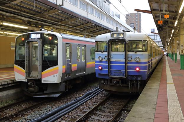 E129系と115系@新潟駅