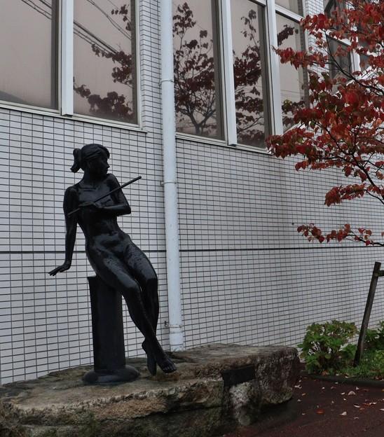 浜松市浜北区プラザホテルモニュメント「調べ」彫刻家:堤直美