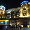 夜の街を走る電車