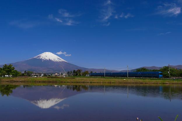 特急あさぎりと逆さ富士