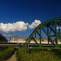 写真: 近鉄と白い雲、鉄道橋と道路橋